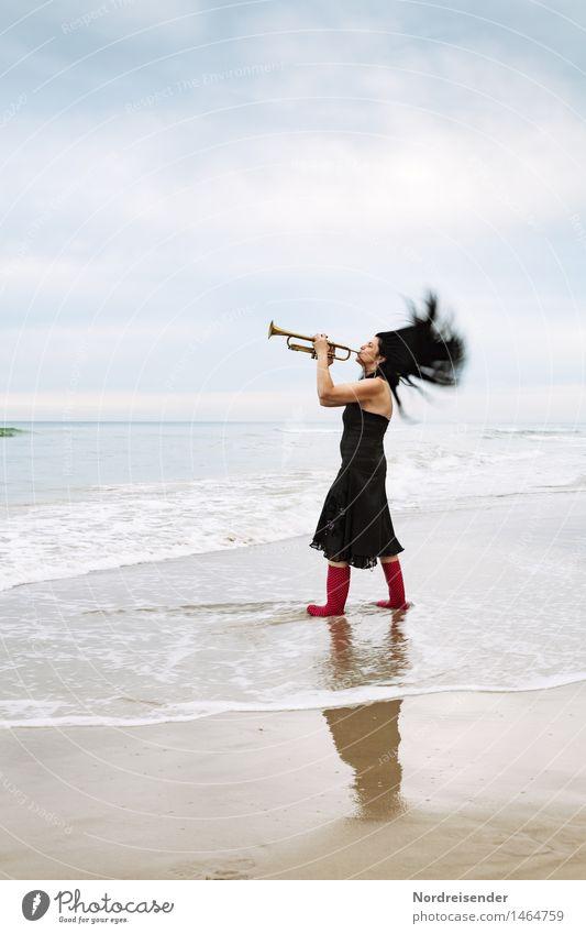 Dynamik.... Lifestyle Stil Leben Freizeit & Hobby Meer Mensch feminin Frau Erwachsene Musik Musiker Urelemente Luft Wasser Strand Nordsee Kleid Gummistiefel