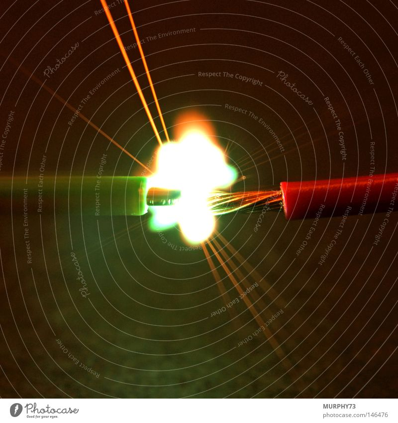 Feuriger Lichtbogen bei einem Hochspannungs-Kurzschluss......... weiß grün rot gelb dunkel hell orange Brand Erde Feuer Elektrizität gefährlich Technik & Technologie Turnen Physik Draht