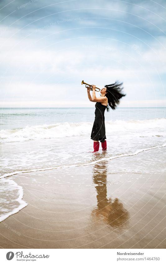 Laut Lifestyle Stil Freude Musik Mensch feminin Frau Erwachsene 1 Musiker Strand Nordsee Meer Mode Kleid Gummistiefel Haare & Frisuren schwarzhaarig langhaarig