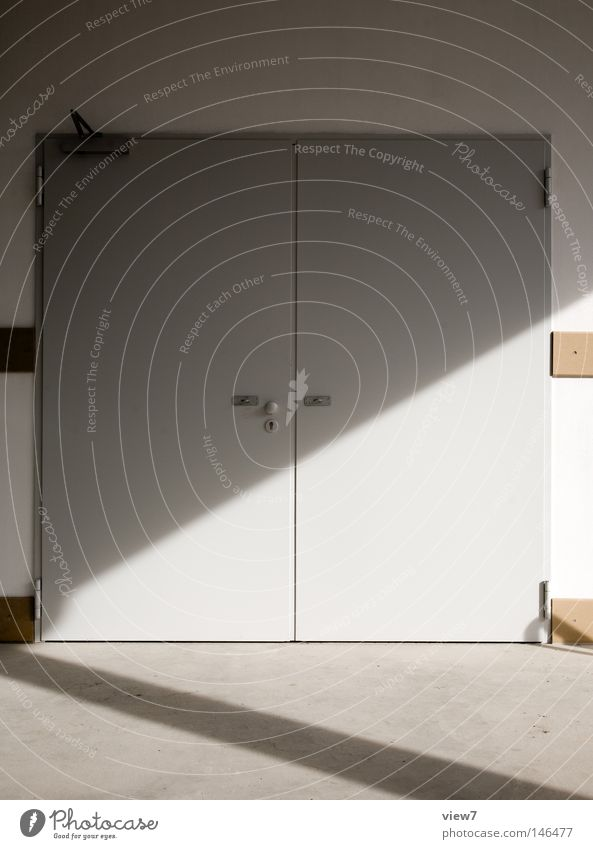 unspannende Tür... Tor Eingang Ausgang Schatten Licht Griff Laderampe schließen geschlossen Blech Eisen Türflügel Zugang Schloss Haus Putz Wand Einnahme