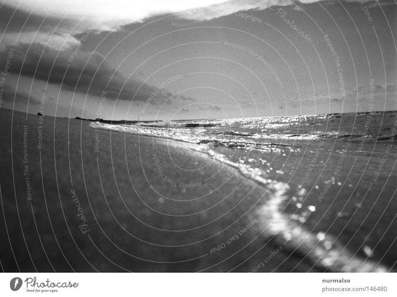 Freitagmorgen Spaziergang Stein Buhne Strand Ostsee Meer See Sand Wellen Wolken Stimmung analog Revue Nachbar Romanfigur Rauschen Wasser nass Fuß Abend