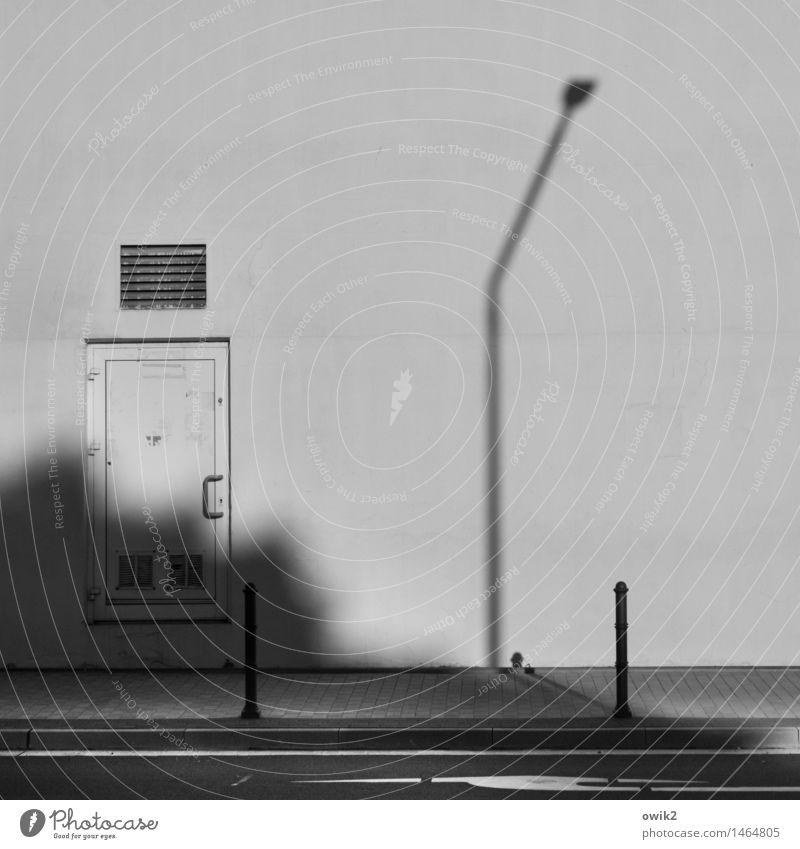 Am Rand Haus Gebäude Zweckbau anonym gesichtslos Mauer Wand Fassade Tür Brandschutz Belüftungsfenster Verkehrswege Straße Fahrbahnmarkierung Bürgersteig Bake