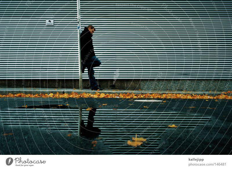 videostreifen Mensch Mann Wasser Ferien & Urlaub & Reisen Blatt gelb kalt Arbeit & Erwerbstätigkeit Herbst Traurigkeit warten stehen Sicherheit trist Streifen Trauer