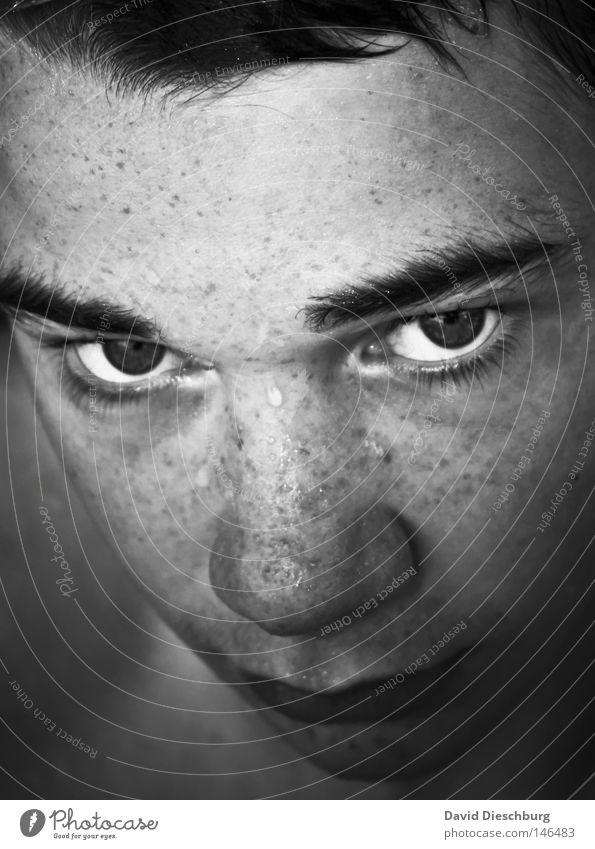 Böser Schwimmer Jugendliche Perspektive Blick Auge maskulin Sommersprossen Pupille Nase Mund Kinn Gesicht Porträt böse genervt Wut Augenbraue Stirn Gefühle weiß