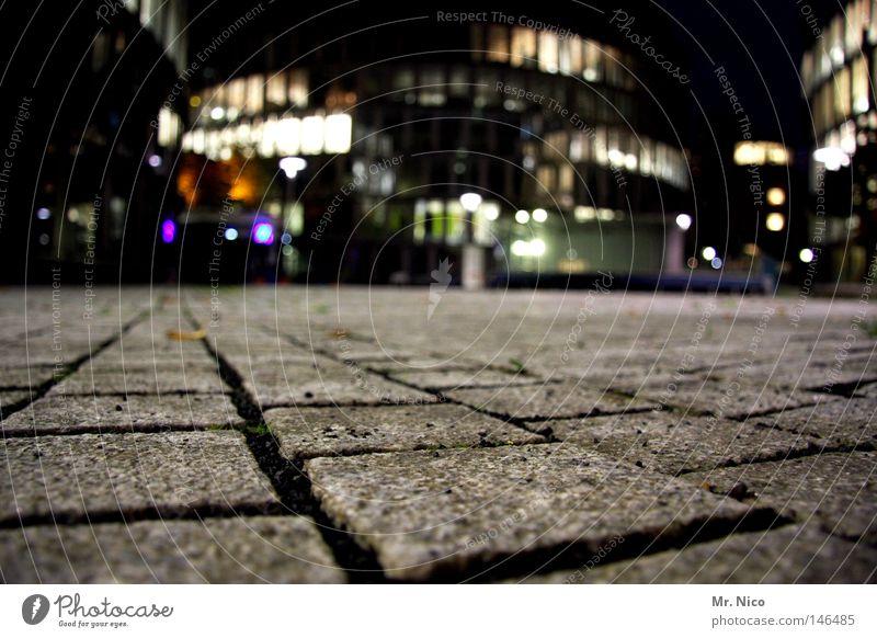 nachtsteinpflaster Stadt Haus schwarz dunkel Fenster grau Stein Lampe Beleuchtung Nacht Hintergrundbild Platz Skyline Bürgersteig Verkehrswege Kopfsteinpflaster