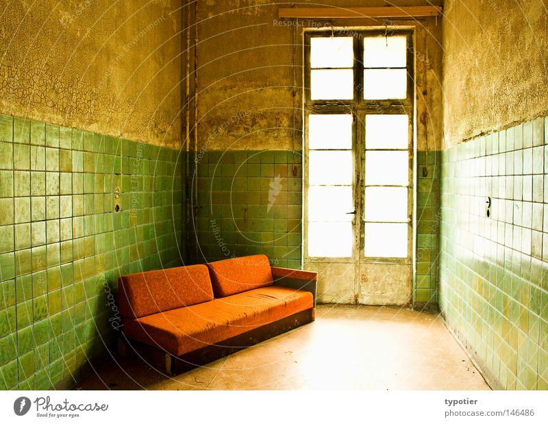 Entspannungsraum grün weiß Fenster gelb Wand braun orange Raum dreckig Tür Sauberkeit Bodenbelag historisch Autotür Liege Möbel
