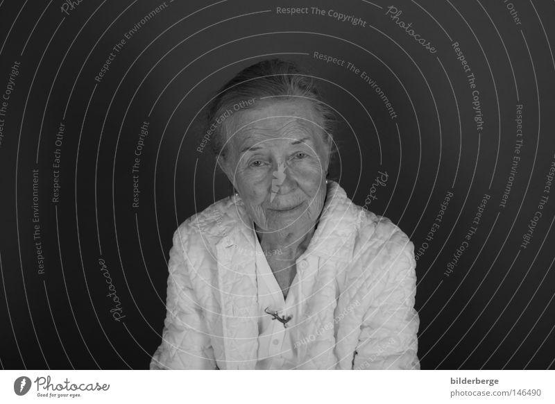 Zwischen den Zeiten - 96 Frau alt Gesicht Senior Leben Tod Stil Haare & Frisuren Graffiti Erwachsene Mund warten gehen Nase Zeit Trauer