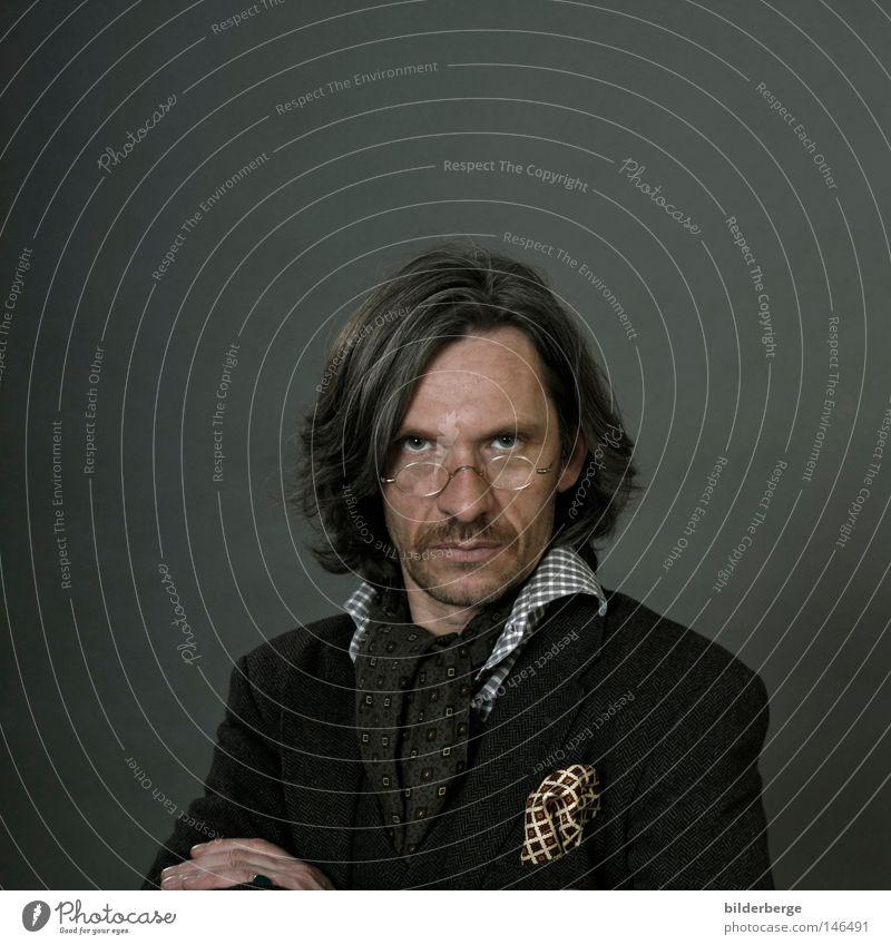 selbtportrait-134 Schwarzweißfoto Muster Porträt Glas Mensch Nase Mund Künstler Hemd Anzug Jacke Krawatte Ring Brille Sonnenbrille Schuhe langhaarig beobachten