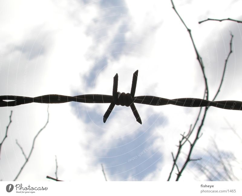 Versperrter Himmel Stacheldraht Zaun Wolken historisch Spitze Metall x