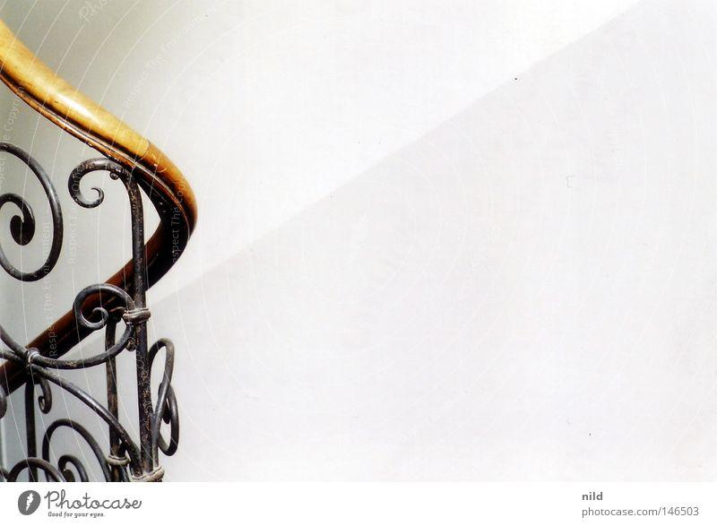 Analog – Treppenhaus Wohnung Blick nach unten Abstieg Stadthaus Mieter Einfamilienhaus Tiefenschärfe analog Detailaufnahme Geländer Abgang Kreis Treppenabsatz