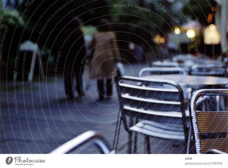 Analog – Straßencafe ruhig kalt Herbst gehen Tisch leer Café Stuhl München analog Verkehrswege Fußgänger Scan ungemütlich Gastronomie Straßencafé