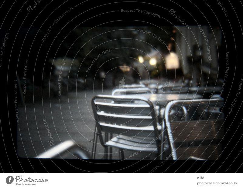 Analog Digital – Straßencafe ruhig kalt Herbst gehen Tisch leer Stuhl München analog Verkehrswege Fußgänger Digitalfotografie Café Sucher ungemütlich