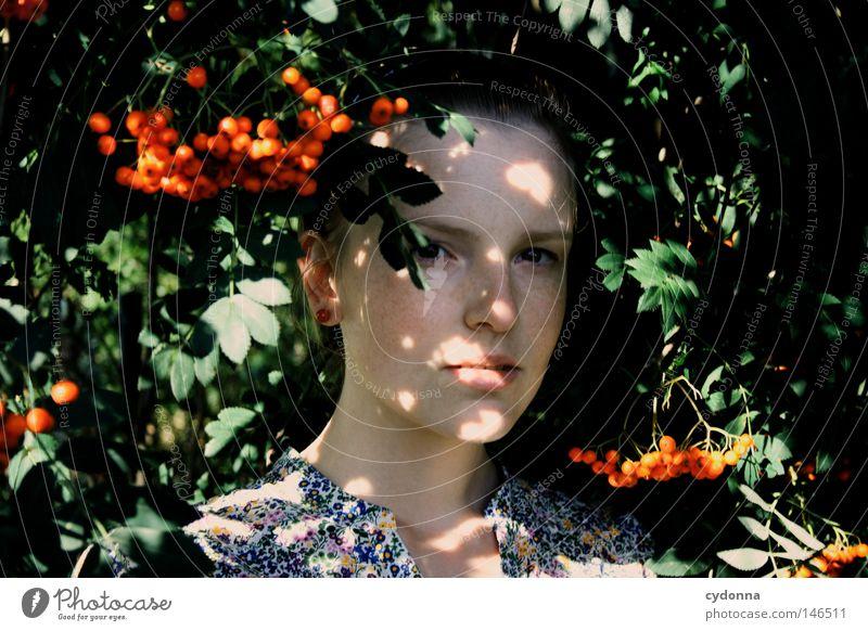Versteckt I Frau Mensch Natur schön rot Blatt feminin Leben Gefühle Stil träumen Frucht gefährlich Hoffnung bedrohlich retro