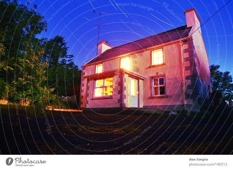 staffhouse-drumsheel Haus Garten Nacht Stern Himmel Baum Asphalt Licht Fenster rot blau Republik Irland Weitwinkel Langzeitbelichtung analog moonlight Bewegung