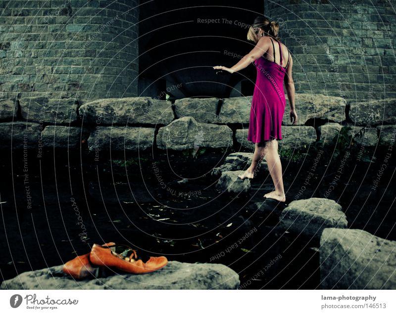 Under the bridge Schuhe Barfuß Beine gehen laufen zurücklassen vergessen Fuß Frau Kleid Sommerkleid Stein steinig Meer Fluss Bach Furt Wasser Einsamkeit