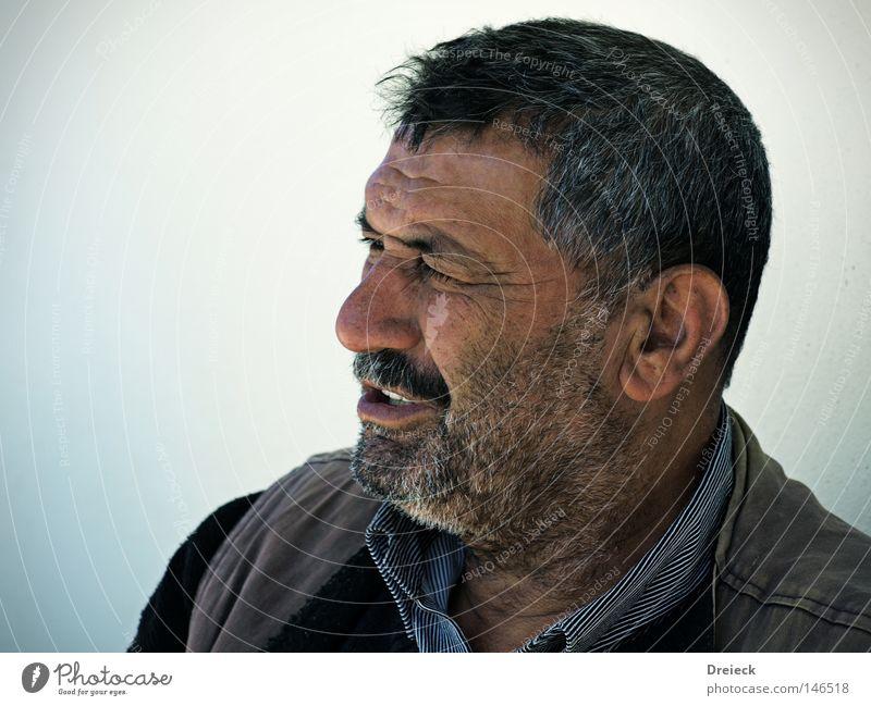 hart aber herzlich Mann alt Senior schwarz Farbe grau Porträt Bart Falte Sonnenbad Vollbart ergraut