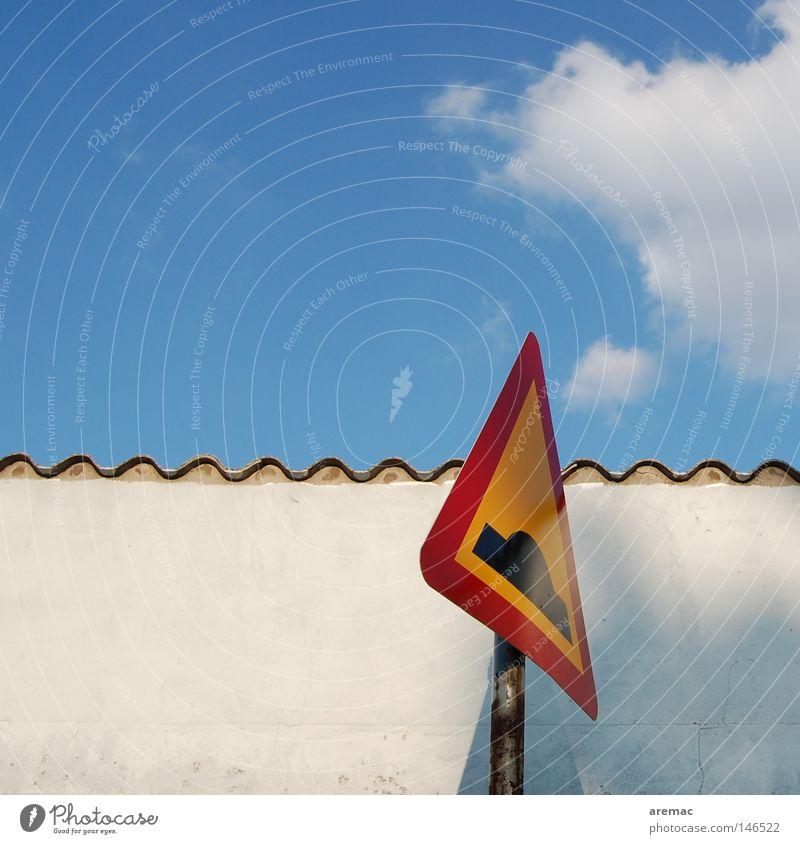 Buckelpiste Himmel Wolken Wand Schilder & Markierungen gefährlich Zeichen Warnhinweis Vorsicht Blauer Himmel Verkehrsschild Warnschild Fahrbahn Wellenform Warnfarbe Bodenerhebung