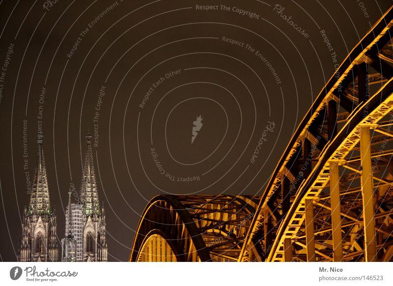 Gülden Gate Bröck Stadt dunkel Architektur Gebäude Beleuchtung gold groß Brücke Turm Bauwerk Denkmal historisch Stahl Nacht Köln