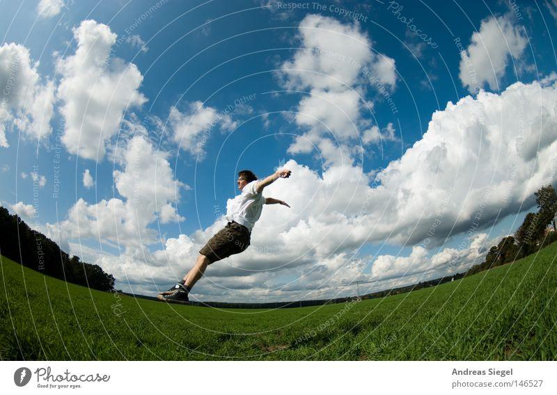 Freiheit (Ein Lebenszeichen) Fischauge Feld Himmel Wolken Mensch Mann Jugendliche blau grün Wiese Horizont Verzerrung fliegen springen Sturz fallen Absturz