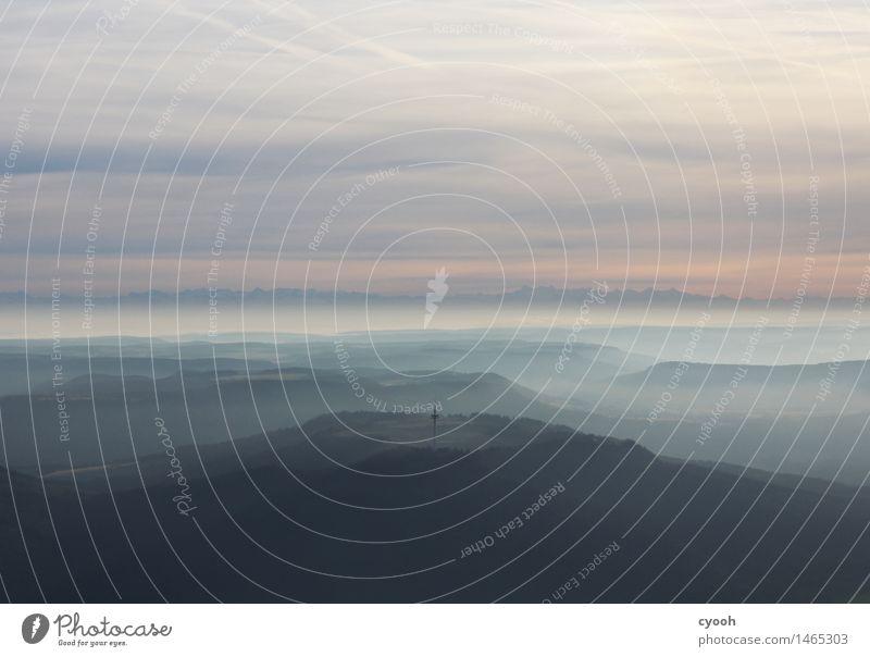 Fliegen. Landschaft Luft Himmel Wolken Horizont Wald Hügel Alpen Berge u. Gebirge Unendlichkeit Einsamkeit einzigartig erleben Freiheit Frieden Gelassenheit