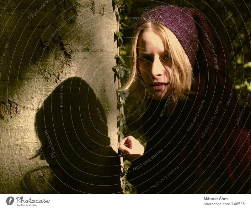 BiBaButzeFrau Frau Natur Baum Blatt Wald kalt Herbst Luft blond gehen festhalten Mütze Schal