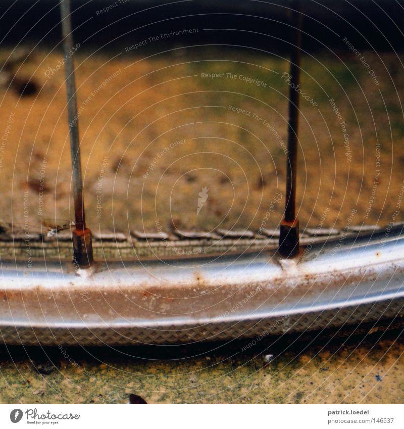 [HH08.3] Rust Red September Reifen Felge Speichen Mantel Fahrrad platt Rost rot braun Herbst Oktober Verfall verrotten parken Einsamkeit vergessen Niedergang