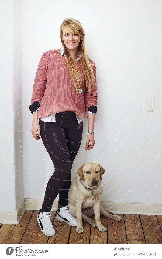 statisten sind oft unterbezahlt harmonisch Junge Frau Jugendliche Körper 18-30 Jahre Erwachsene Dielenboden Häusliches Leben Zimmerecke Pullover Leggings