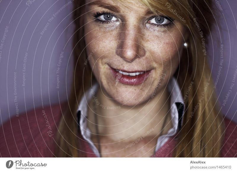 Mirika Lifestyle Stil schön Zufriedenheit Junge Frau Jugendliche Gesicht Grübchen Sommersprossen 18-30 Jahre Erwachsene Hemd Pullover blond rothaarig langhaarig