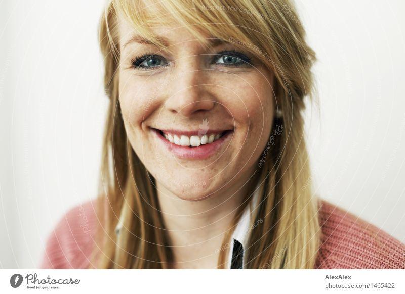 Junge, blonde, schöne Frau mit Sommersprossenund Grübchen schaut lächelnd in die Kamera Gesicht Wohlgefühl Zufriedenheit Junge Frau Jugendliche 18-30 Jahre