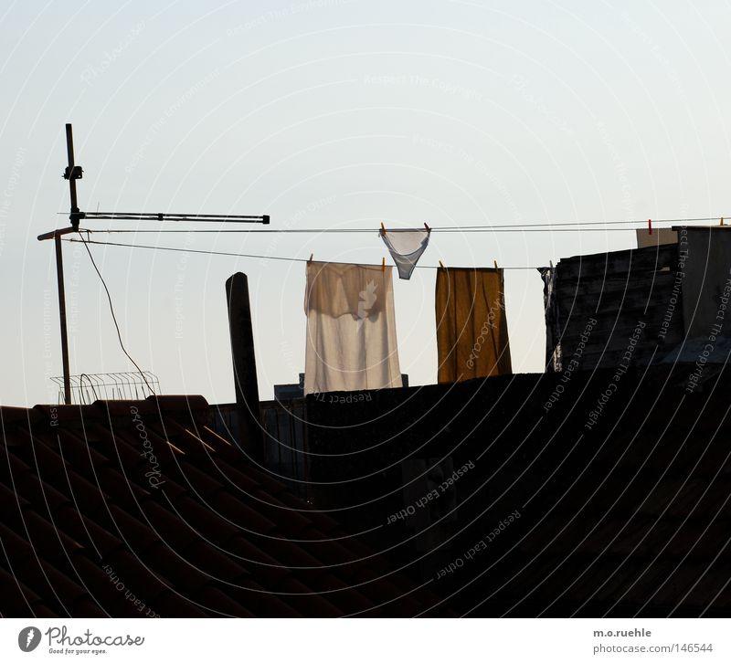 Spanner Unterwäsche Unterhose Wäscheleine Seil Dach trocknen aufhängen spannen Präsentation Nachbar Handtuch lüften Bekleidung Dekoration & Verzierung Sommer