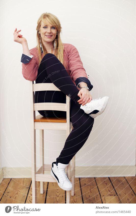 interview Stil schön sportlich Wohlgefühl Zufriedenheit Raum Dielenboden Junge Frau Jugendliche Körper 18-30 Jahre Erwachsene Leggings Pullover Turnschuh blond