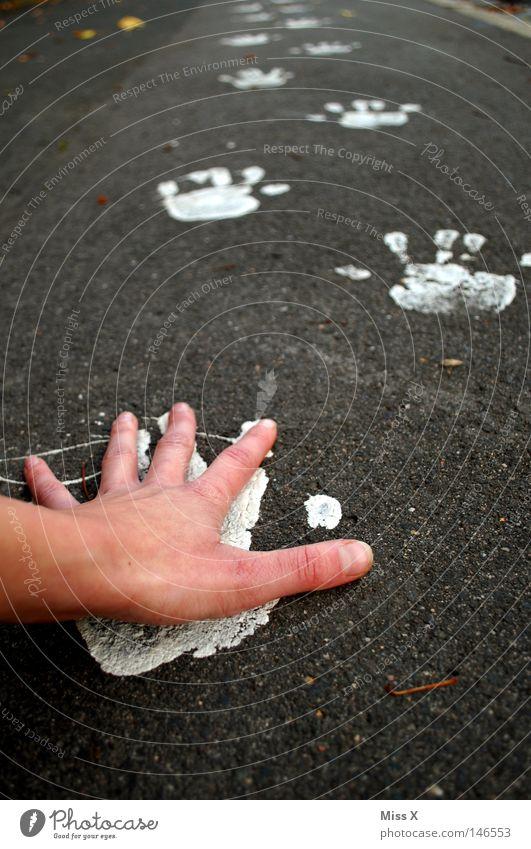 unimanus Hand weiß Straße grau Wege & Pfade Finger streichen Verkehrswege unterwegs Bordsteinkante bemalt steinig Handstand Abdruck Farben und Lacke