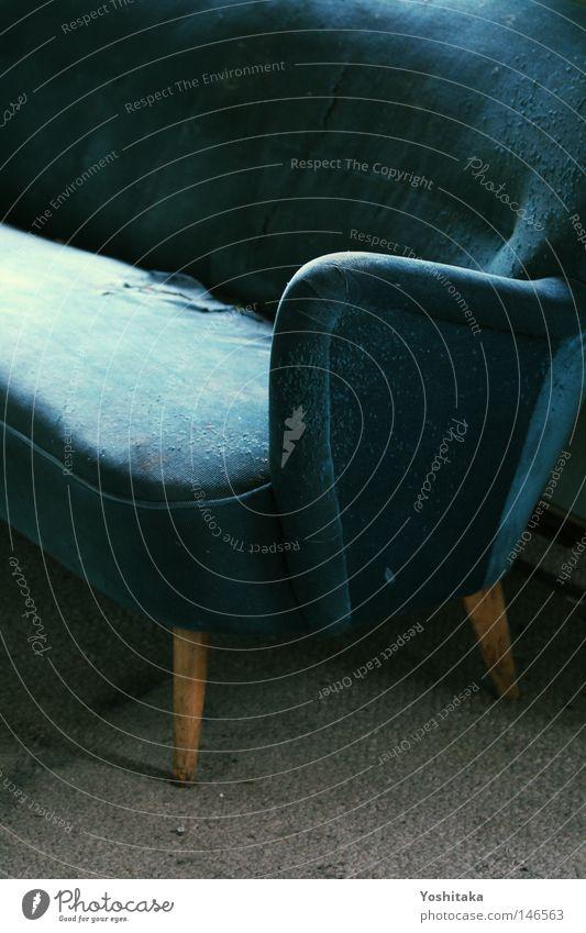 Abandoned blau alt Einsamkeit ruhig leer kaputt Pause Vergänglichkeit Stoff Stuhl Sofa türkis Möbel Wohnzimmer Zerstörung Nostalgie