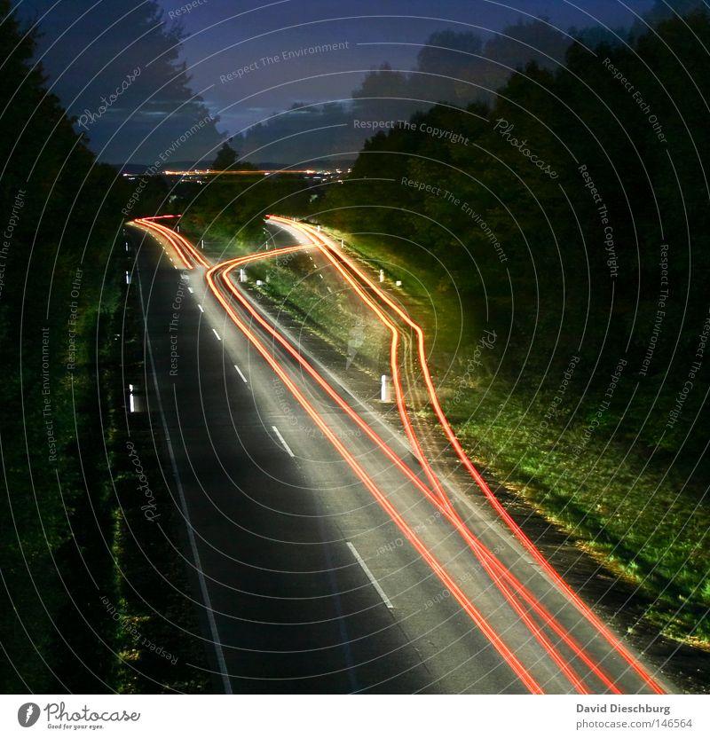 Ghoststreet Autobahn Bundesstraße mehrspurig Regen nass rot weiß gelb Richtung Langzeitbelichtung Kurve Wegbiegung Leitplanke Reflexion & Spiegelung KFZ PKW