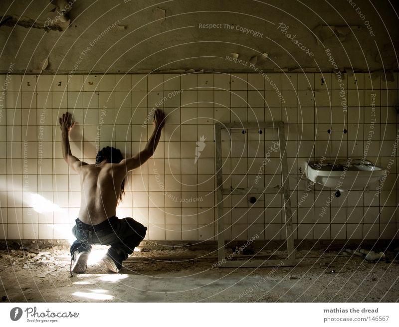 LICHTANZIEHUNG unvollendet kaputt verrotten veraltet dreckig Staub Putz Wand Fliesen u. Kacheln gepflegt Waschbecken Bad Fuge Raum Rechteck Ecke Quadrat
