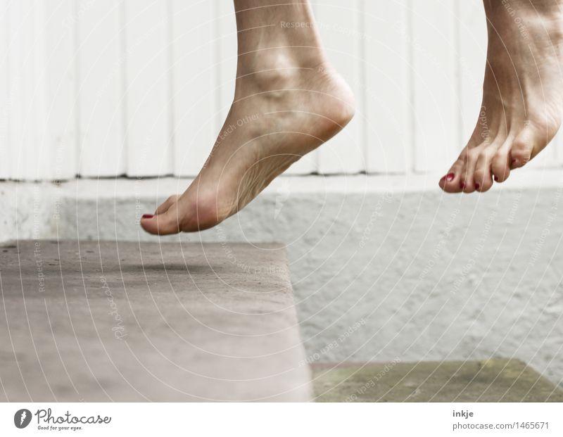 aus der Zeit gefallen | zwischen zwei Momenten Mensch Frau Freude Erwachsene Leben Gefühle Lifestyle Stimmung Fuß springen Treppe Freizeit & Hobby Fröhlichkeit Lebensfreude Fitness sportlich
