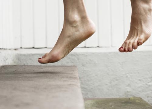 aus der Zeit gefallen   zwischen zwei Momenten Mensch Frau Freude Erwachsene Leben Gefühle Lifestyle Stimmung Fuß springen Treppe Freizeit & Hobby Fröhlichkeit
