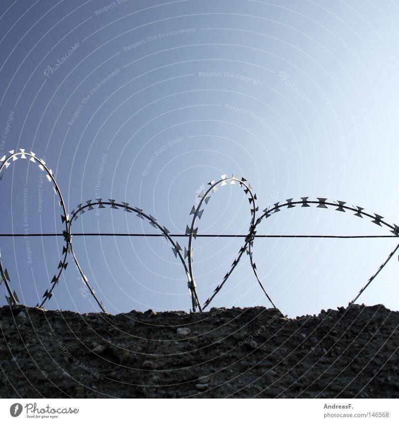 ohne Bewährung Himmel Freiheit Mauer Berlin frei Sicherheit gefährlich Grenze Teilung Zaun DDR gefangen Draht Trennung Justizvollzugsanstalt Haftstrafe