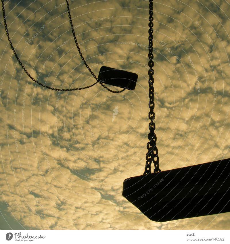 ausbleibende insassen Schaukel Schwung Spielplatz Anziehungskraft Geschwindigkeit Physik Bewegungsenergie Wolken schlechtes Wetter Abendsonne Sonnenuntergang