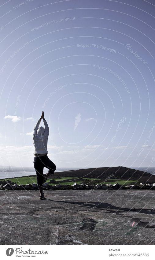 mindful Farbfoto Außenaufnahme Textfreiraum rechts Textfreiraum oben Morgen Tag Silhouette Gesundheit Zufriedenheit Erholung ruhig Meditation Ferne Yoga Himmel