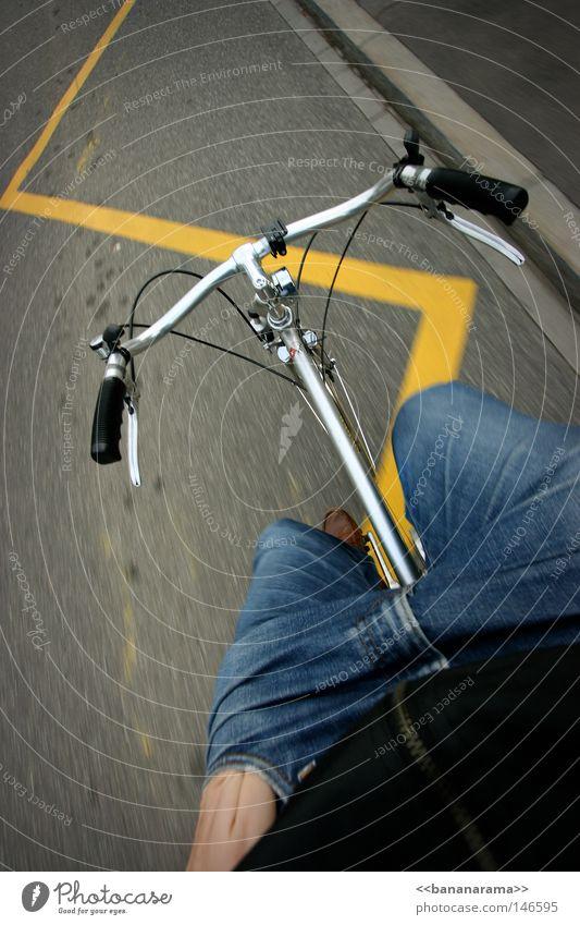 Der Coolste beim Cruisen Mann blau schwarz gelb Straße Freiheit Fahrrad Freizeit & Hobby Geschwindigkeit fahren Jeanshose Bürgersteig Hose Jacke Verkehrswege Rahmen