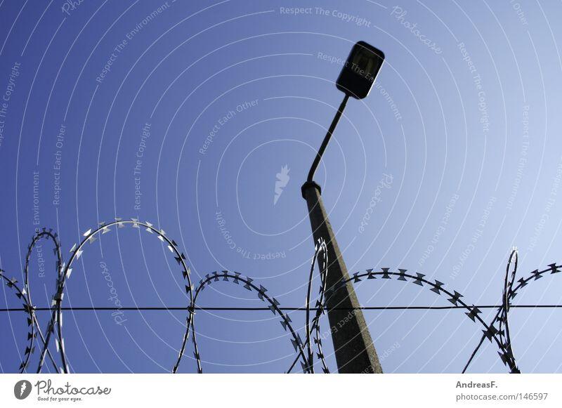 JVA Stacheldraht Draht Zaun Mauer Grenze Grenzpfahl Grenzsoldat Grenzgebiet Berliner Mauer Teilung Sicherheit Justizvollzugsanstalt gefangen Himmel frei