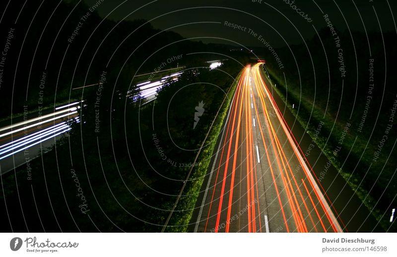 Fäden der Nacht Autobahn Bundesstraße mehrspurig Regen nass Objektiv rot weiß gelb Richtung Langzeitbelichtung Kurve Wegbiegung Leitplanke