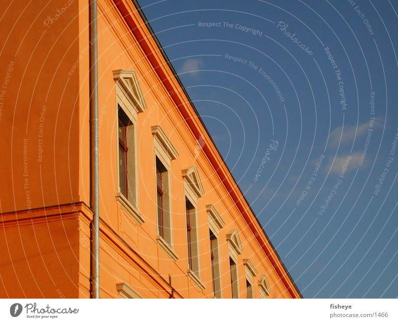 Kontrast Architektur Teilfassade Himmel orange blau