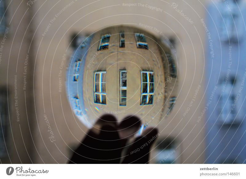 Realität Haus Fenster obskur Linse Lupe wirklich Durchblick Stadthaus Bruch Brennpunkt Physik Fototechnik fokussieren Kopfstand Fensterfront Brennweite