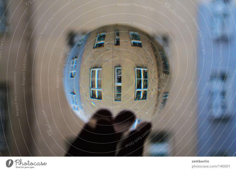 Realität Linse Lupe Brennpunkt fokussieren Brennweite Durchblick Kopfstand Bruch wirklich Haus Stadthaus Fenster Fensterfront obskur Fototechnik sammellinse