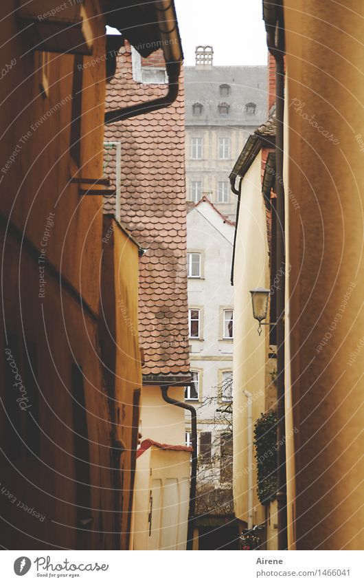 Ausweg Bamberg Bayern Franken Stadt Altstadt Menschenleer Haus Mauer Wand Fassade Straße Gasse Engpass Durchgang braun orange Platzangst Spalte eng schmal
