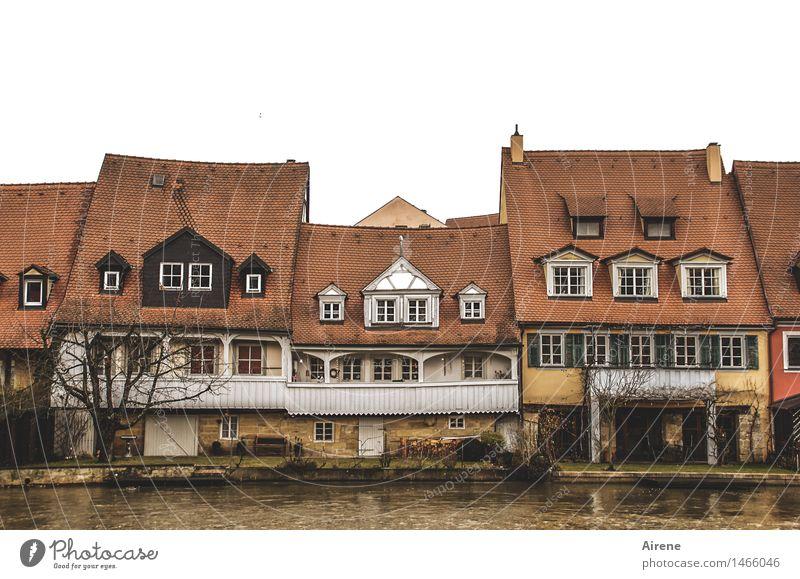 gemeinsam sind wir stark Stadt alt Wasser rot dunkel Fenster kalt braun Zusammensein Fassade gefährlich bedrohlich Dach historisch Fluss Balkon