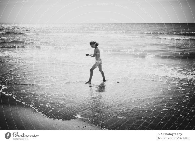 Das Mädchen und das Meer feminin Kind Kindheit 1 Mensch 8-13 Jahre Wasser Frühling Sommer Herbst Wellen Küste Strand Bewegung Blick Schwimmen & Baden Spielen