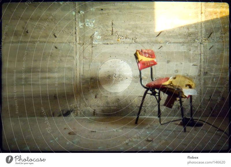 Zerbrechlich alt Einsamkeit Haus Gebäude Raum Angst dreckig leer Beton Vergänglichkeit retro kaputt Vergangenheit Stuhl verfallen Verfall